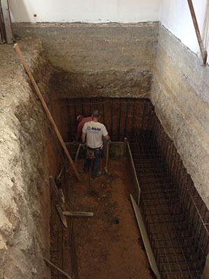 Operai al lavoro in un piccolo scavo