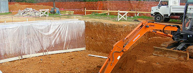 Un escavatore durante l'azione di scavo del terreno